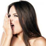 मुंह की दुर्गंध सांसों की बदबू दूर करने के उपाय हिंदी में