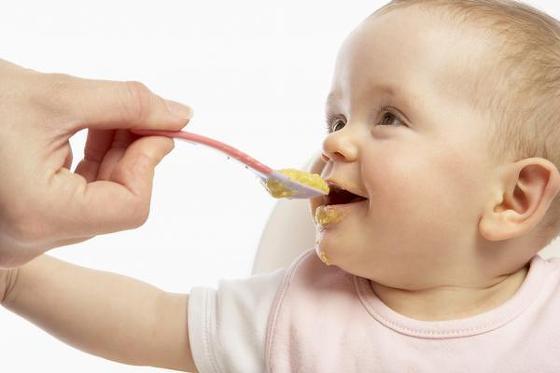 छोटा बच्चा खाना नहीं खा रहा है