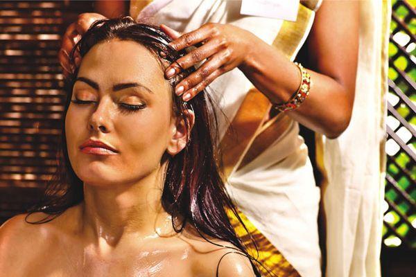 तेल से बालों की मालिश करें