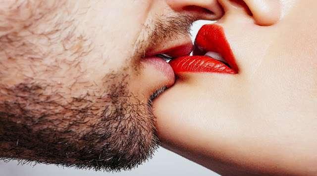 सलाइवा किस