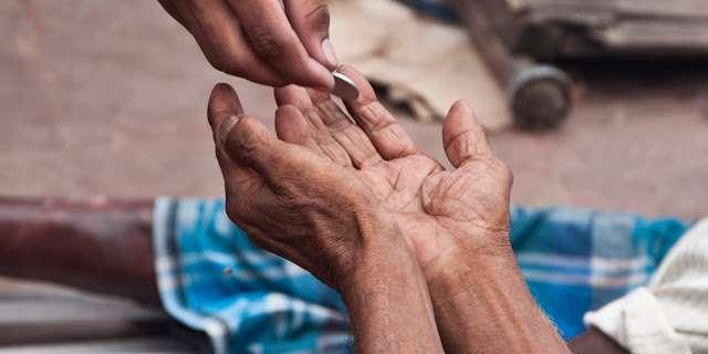 गरीबो को दान करे