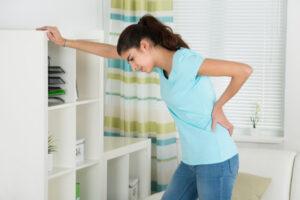 पीरियड्स में कमर दर्द क्यों होता है ? जानिए इसका इलाज