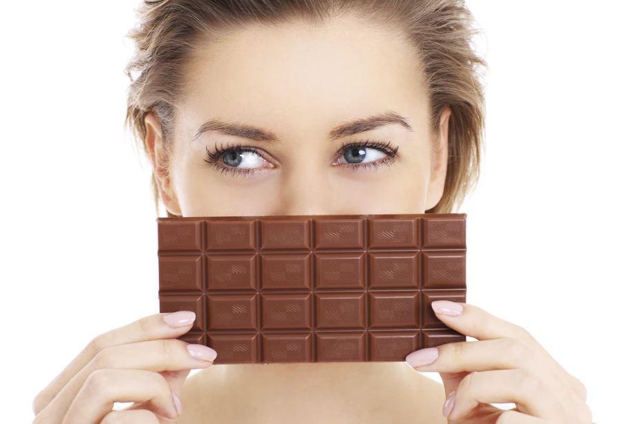 लड़कियों को चॉकलेट खाना क्यों पसंद