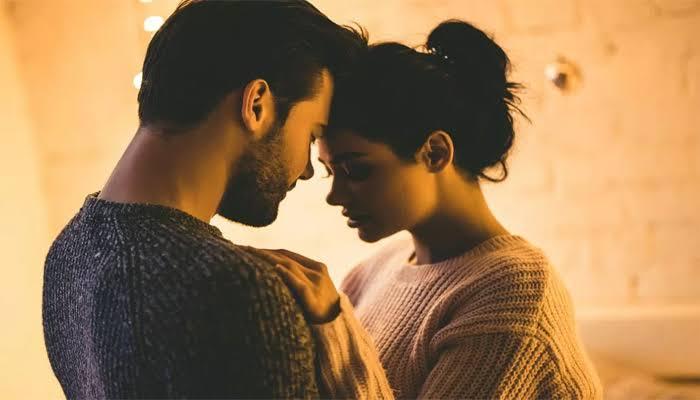 पति से रोमांटिक बातें करे